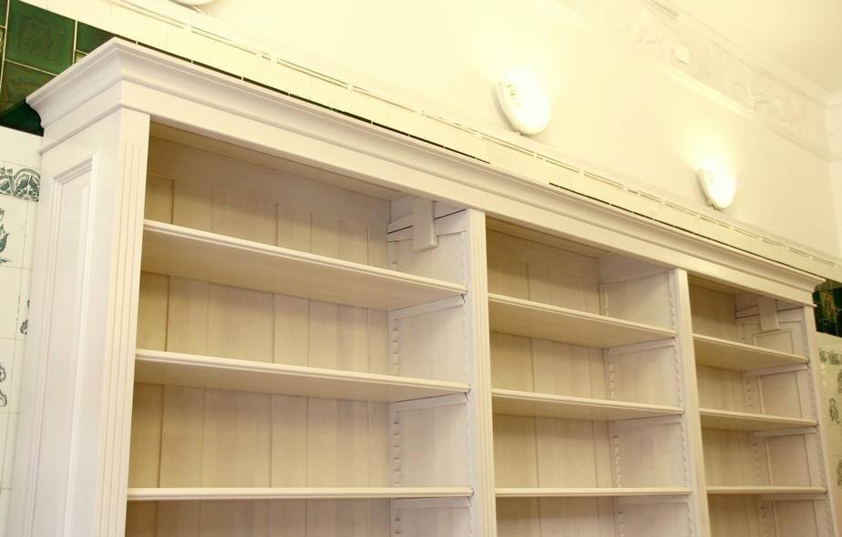 b cherwand in wei massivholz mit t ren und sch ben. Black Bedroom Furniture Sets. Home Design Ideas
